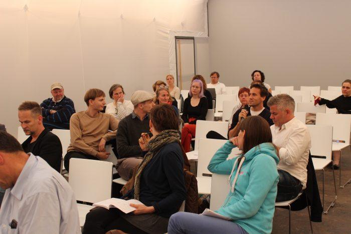 Rege Diskussion unter den Teilnehmern.