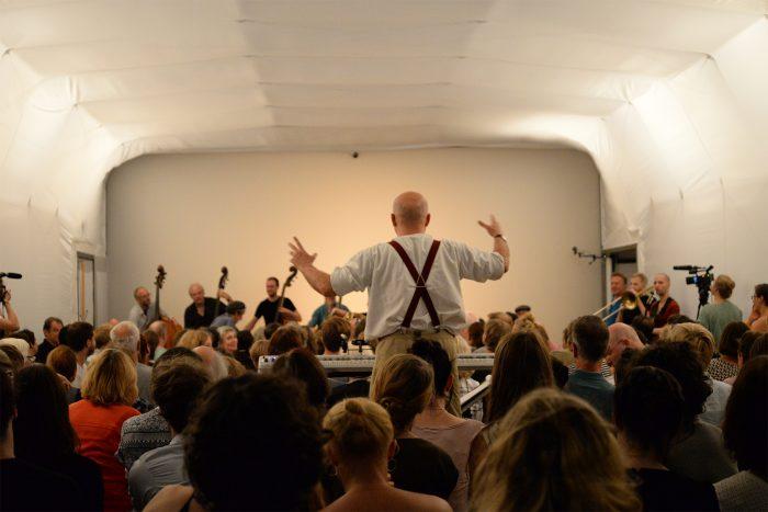 Wolfgang Georgsdorf dirigiert das Orchester. © Adil Razali
