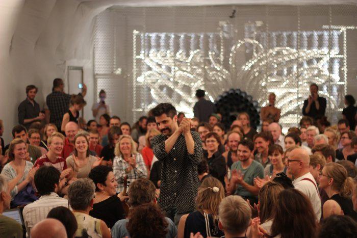 Stephen Crowe und begeistertes Publikum. © Katharina Hornig