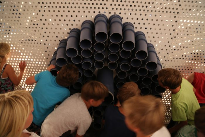 Kinder riechen an Hauchmaul © Merle Jothe