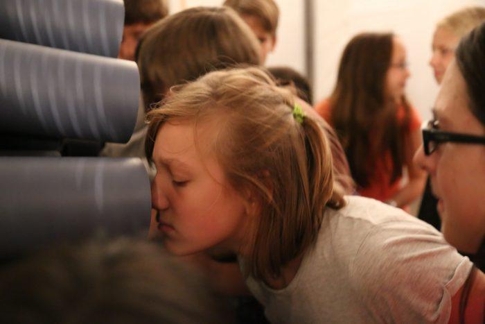 Mädchen riecht an Hauchmaul © Merle Jothe