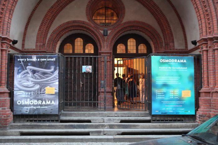 Der Eingang zur St. Johannes-Evangelist-Kirche.