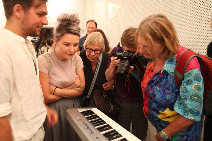 Besucher betrachten das Keyboard zum Bedienen des Smeller 2.0.